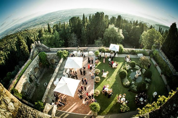 il castello di vincigliata dall'alto durante gli aperitivi con firenze sullo sfondo