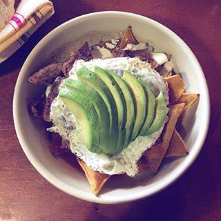 Desayunos que reconfortan  Chilaquiles en @chilpa_mx  yummm ✨ súper recomendados si están por acá por DF, no se los pueden perder. Estos son de salsa roja, frijol, carne, huevo y obvio aguacate  no me juzguen tenía hambre  #chokolatpimienta #foodblogger #love #food #cocina #comida #mexico #df #foodstyling #yummyfood #yummy #followme #foodporn #foodgasm #footfetishnation #delicious #rica #cocina #mexicana #dondecomer #foodography #photographer #fotografiagastronomica #chilaquiles #condesadf
