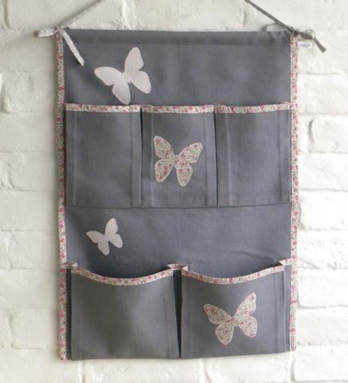 vide poche mural, tissu gris et papillons