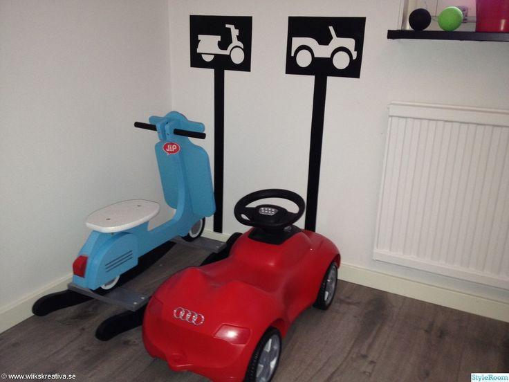 audi,gungmoped,parkering,pojkrum,bil,gunghäst,barnrum,killrum,grått golv,dekorplast,vitt,rött,blå