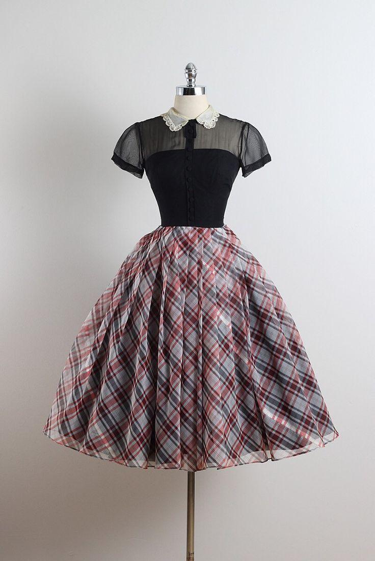 ➳ vintage jaren 1950 jurk  * zwarte organza * acetaat voering * zwarte bodice & plaid rok * witte lace kraag * boog accent * zwarte knop