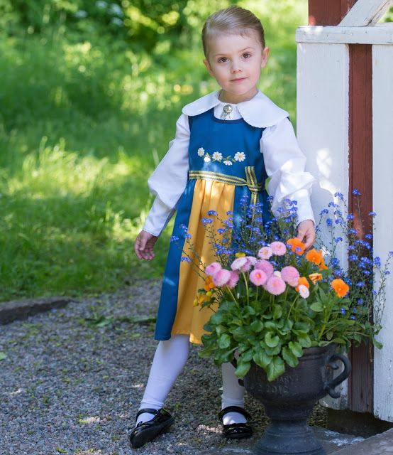Sweden celebrates its National Day and on this occasion of the Royal House of Sweden published a new photo of Princess Estelle on June 6, 2015. The photo was taken at the playground in the garden outside Haga Palace.