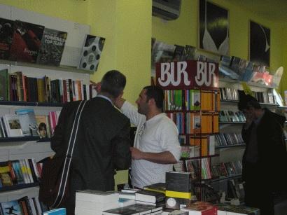 Sempre dalla libreria Piazza Repubblica Libri di Cagliari è partita tre anni fa l'idea degli Scrittori Socialmente Utili: commessi per un giorno, possono consigliare qualunque libro amino tranne i loro. Una tortura non da poco! Nella foto, Cristiano Cavina all'opera come commesso.