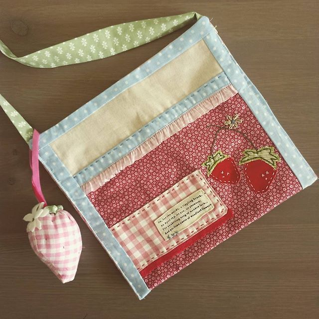 The other side is more strawberry inspired;) Inspirations are from @amysinibaldi works! Thanks so much for this lovely ideas! #handmadewithlove #sewbabygirl #bag #fabricstamps #strawberrylove #nanacompany #sweetlystitchedhandmade #amysinibaldi #quilting
