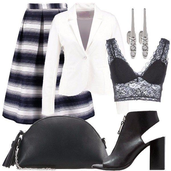 Outfit composto da gonna a fantasia rigata, top nero in pizzo elasticizzato, blazer bianco, sandalo nero alto in pelle con tacco largo, pochette nera in ecopelle con tracolla removibile e orecchini in metallo.