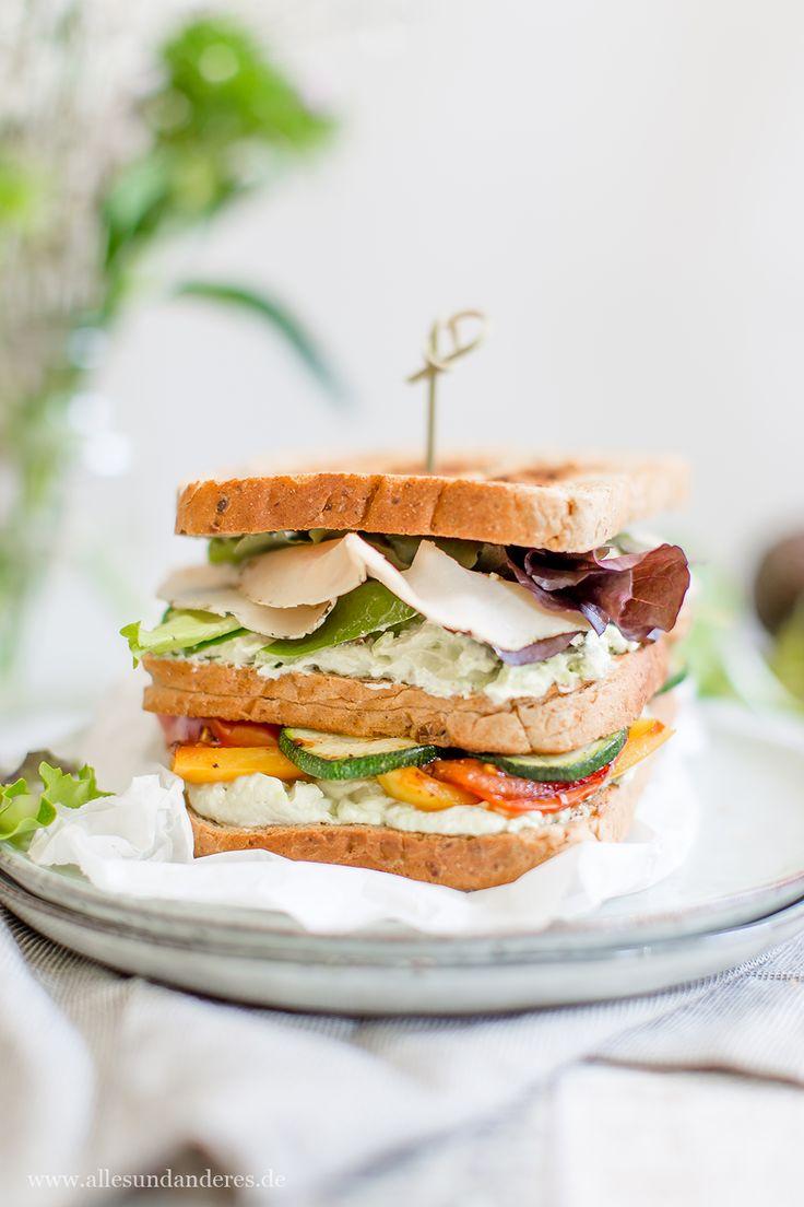 Zum Lunch: Sandwich mit Avocado-Aufstrich, feinen Hähnchenbrust-Scheiben und Gemüse aus der Pfanne | Alles und Anderes