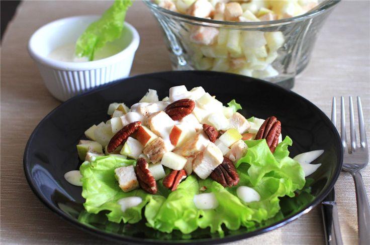 Уолдорфский салат (Вальдорфский салат) был создан между 1893г. и 1896г. в ресторане отеля Waldorf Astoria в Нью-Йорке метрдотелем Оскаром Чирки . Оригинальный рецепт состоял только из кубиков кисло-сладких красных яблок, сельдерея и майонеза. Со временем в рецепт были добавлены измельченные грецкие…