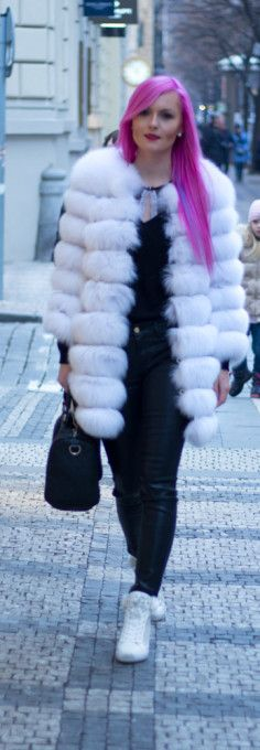 Weekend outfit, fox fur, fur coat, white coat, black jeans, bra, gucci handbag, white shoes, white trainers, winter shoes, guess shoes, pink hair.