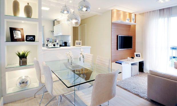 Os móveis e armários desse apartamento foram todos feitos sob medida. Assim, as arquiteta Ellen Cavalcante e Paula Ferraz garantiram 100% de aproveitamento de espaço. Elas também optaram por integrar a cozinha com a sala e dar preferência às cores claras, fazendo os 46 m² do imóvel parecerem mais amplos