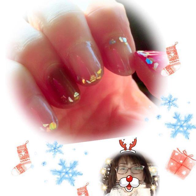 クリスマスを意識して久々のジェルネイル🎄✨🎄✨ . 最近買ったスヌードが、何だかサンタさんのヒゲみたい🎅…だけど、 トナカイの角😂💦つけてみた😅 . さてさて、バァバトナカイは かわいいお孫ちゃんに何をプレゼントしようかなぁ…🙄🎄💦 . #ジェルネイル#クリスマス#キラキラネイル#セルフネイル#スヌード#ジーナシス