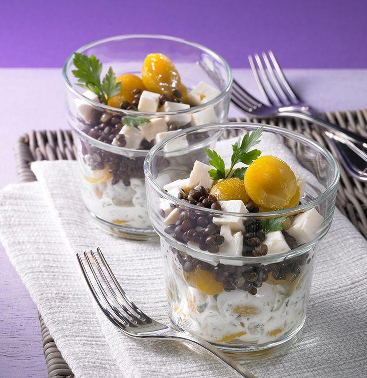 Pikanter Salat mit Belugalinsen, Mirabellen und Schafkäse