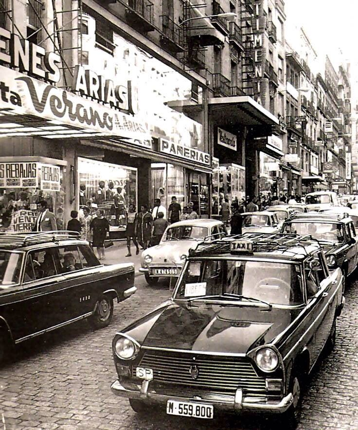 Calle Montera frente a los desaparecidos Almacenes Saldos Arias. Por los taxis (Seat 1500 l negros con raya roja) la foto debe estar hecha en la década de los sesenta-setenta.