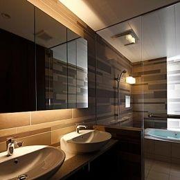 『NKK』パティオのある上質なモダン住宅の部屋 上質な雰囲気漂う洗面室・浴室