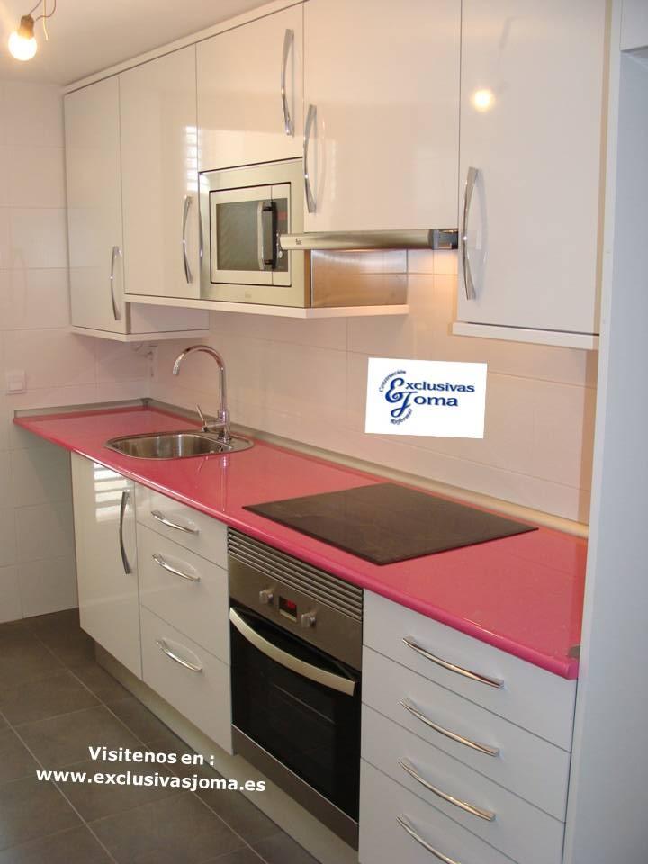 Muebles de cocina en lamiplus alto brillo con encimera en color rosa