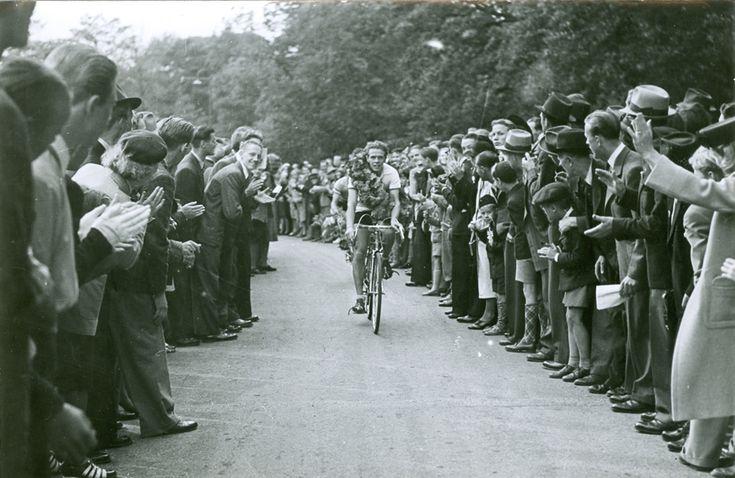 Segraren Harry Snell i Djurgårdsloppet på cykel 1942