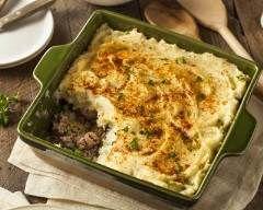 Shepherd's pie (hachis parmentier irlandais à la viande) : http://www.cuisineaz.com/recettes/shepherd-s-pie-hachis-parmentier-irlandais-a-la-viande-78486.aspx
