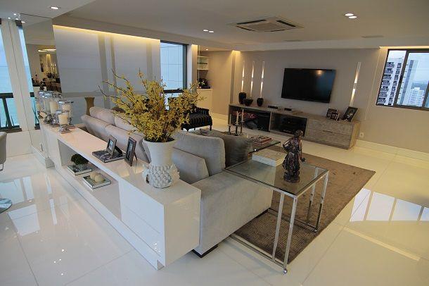 Todo o apartamento foi revestido em nanoglass branco 1x1. No mobiliário aptamos por branco, preto e tons da cartela do cinza. Já para objeto...