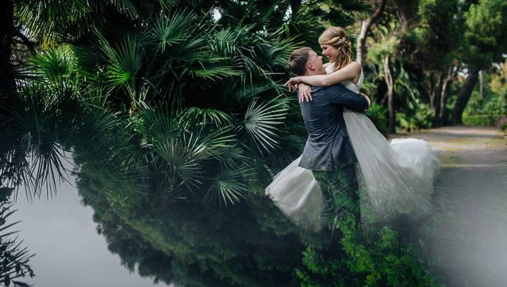 bride and groom hugs, wedding day, wedding photoshoot, Cilento coast, Sposa Mediterranea, Olga studio
