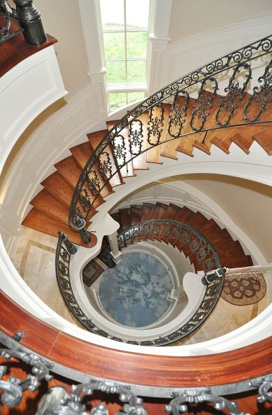 Real Housewives Of New Jersey Star Melissa Gorga - Stunning staircase