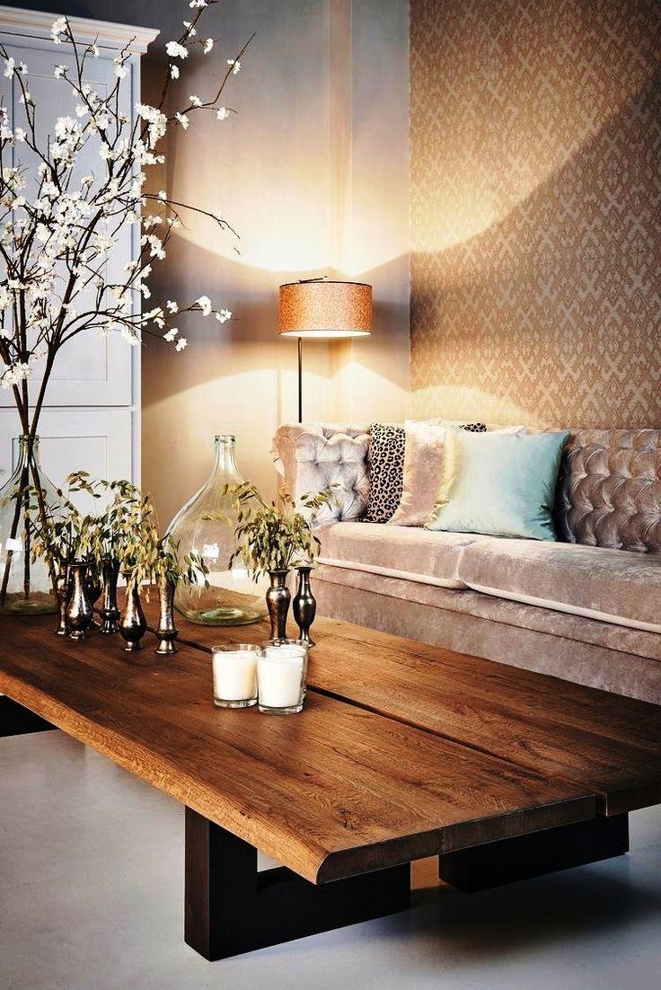 O papel de parede e o veludo casam em total sintonia. Juntos, eles aquecem o ambiente. Olha que resultado interessante para a decoração de inverno!