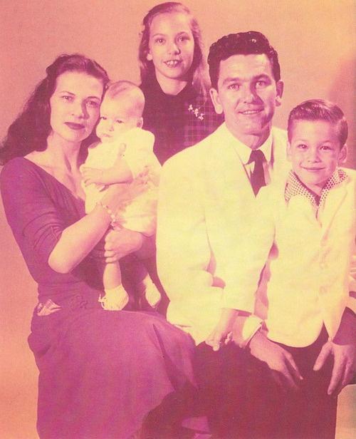 Patrick Wayne Swayze era hijo del delineante Jesse Swayze (fallecido en 1982) y de la coreógrafa Patsy Swayze, de quien heredó su amor por la danza. Tenía dos hermanas y dos hermanos, uno de ellos el actor Don Swayze.