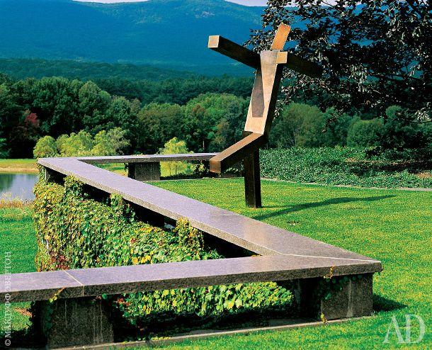 """Произведение Джоэля Шапиро называется просто: The Sculpture (""""Скульптура""""). Она стоит на зеленом газоне над увитой плющом стеной."""
