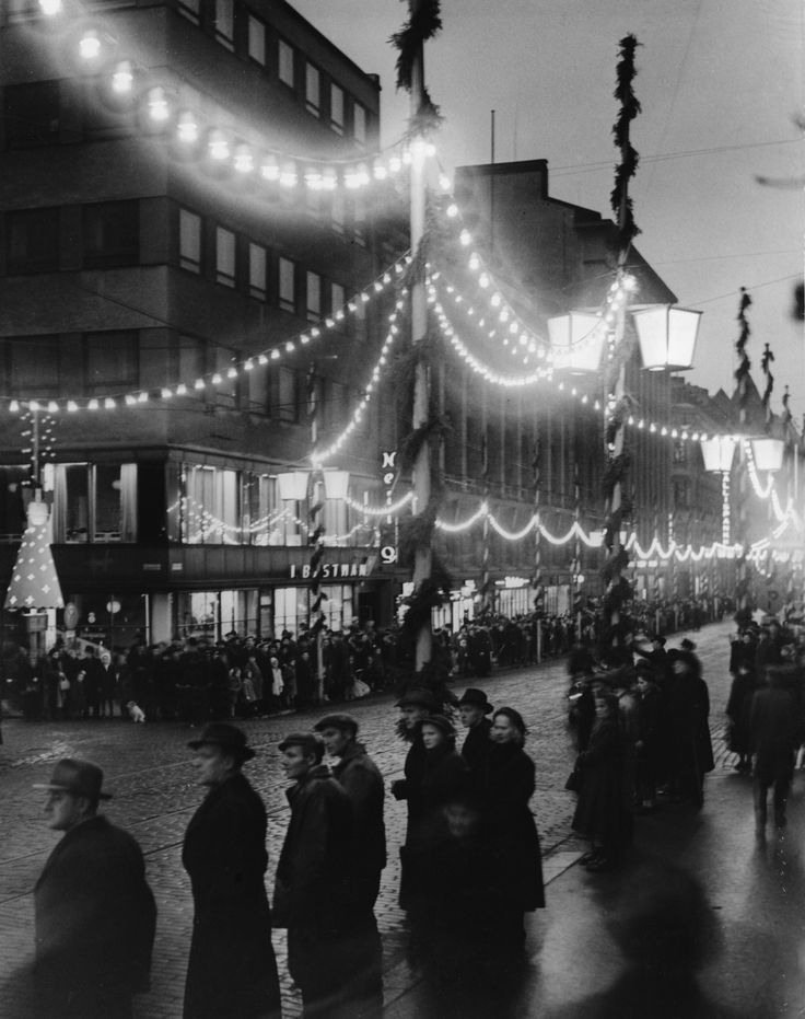 Aleksanterinkatu joulukauna ensimmäistä kertaa vuonna 1949. Kuva: Helsingin kaupunginmuseo.
