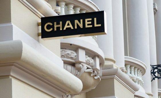 """Coco Chanel. Od sierocińca do imperium mody. * Niekwestionowana królowa mody od stu lat. Chyba każda kobieta na świecie zna perfumy Chanel Nº5 i wie co to """"mała czarna"""". Klasyka, elegancja, smak i subtelne piękno – to cechy …"""