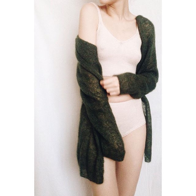 Кардиган из кид-мохера на тонкой шелковой нити, размер S, цена:7500₽🌲слипы из бэби-альпака:2500₽, топ из бэби-альпака:3000₽🐚 #knit #knitting #fashion #strikk #strikking #vogue #knitting_inspiration #love #wool #cozy #lazy #streetstyle #handmade #january #yarn #alpaka #mohair #knitwear #underwear #вязание #уют #тепло #ручнаяработа #свитер #юбка #майка #sweater #skirt #top #cozyandlazy_available