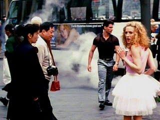 """La edad de la inocencia""""Welcome to the age of un-innocence. No one has breakfast at Tiffany's and no one has affairs to remember."""" Esta es la frase con la que  empieza el primer capítulo de la ya mítica serie """"Sexo en Nueva York"""". Serie que se ha convertido en un hito y de un tiempo a esta parte Carrie, Samantha, Charlotte y Miranda son punto de referencia para muchas mujeres y niñas. Si, también niñas. Yo con 15 era una niña."""