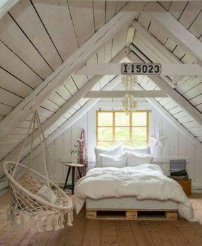 une jolie mansarde, aménagée en chambre à coucher, style rustique, balançoire suspendue de la toiture