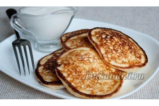 Одно яйцо смешиваем в однородную массу с 1,5 столовой ложкой кукурузного крахмала, добавляем 3-4 столовые ложки любого обезжиренного творога, взбиваем до однородной массы, добавляем молоко до консистенции жидкой сметаны, чайную ложку оливкового масла и пол чайной ложки разрыхлителя. Подсластитель или соль, в зависимости от начинки (в сладкие оладьи можно добавить ваниль и корицу). Выпекаем на сковороде с толстым дном, накрыв крышкой.
