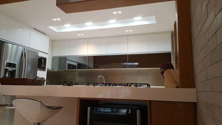 Projeto cozinha integrada ao jantar. Por Lucio Nocito Arquitetura : Adegas modernas por Lucio Nocito Arquitetura e Design de Interiores