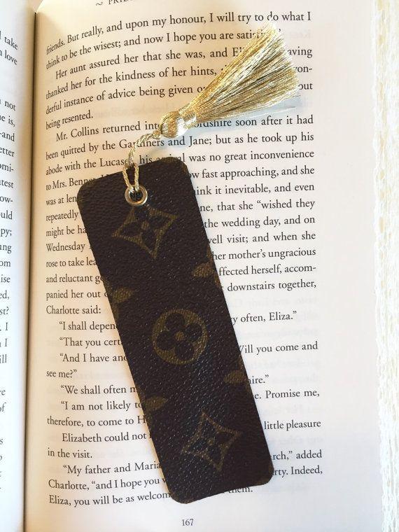 Louis Vuitton Bookmark con auténtico lienzo  Este marcador se hace de reciclado auténtico Louis Vuitton lona. Tiene una hermosa borla de oro metálica. El oro complementa Louis Vuitton Monograma lienzo perfectamente y es el color del hardware utilizado en las bolsas de LV monogram.  Cada uno mide 1.5 x 4... 3.81 cm x 10,16 cm.  Debido a la impresión de la lona monogram, el patrón de señal puede variar. El patrón en cada marcador se centrarán. La parte de atrás es la tela marrón encontró en la…