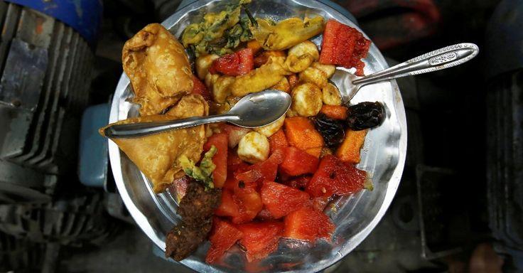 O iftar varia em diferentes países do mundo. No caso dos trabalhadores, eles escolheram samosa (tipo de pastel indiano), lanches fritos, salada de fruta, para quebrar o jejum. Para um deles, Anwaar Hussain, 35, o Ramadã tem a ver com auto-aperfeiçoamento, bondade e se manter afastado do mal.