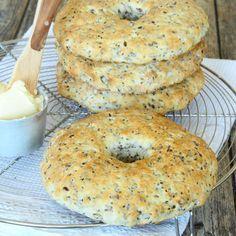 Jättegoda, snabba bakpulverbröd som är fyllda med nyttiga frön. Klara på bara 20 min!