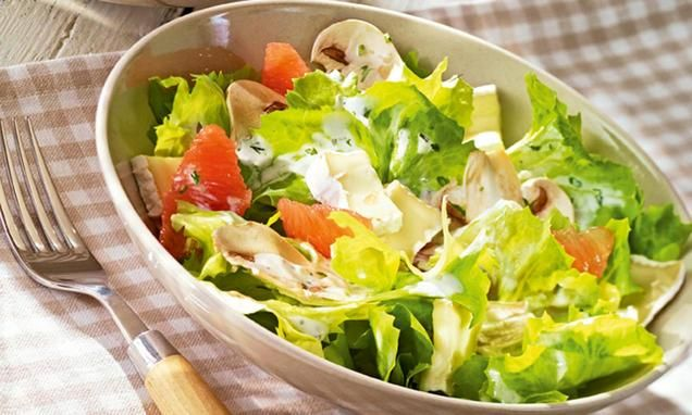 Ein knackiger Salat mit Champignons, Camembert und Grapefruits