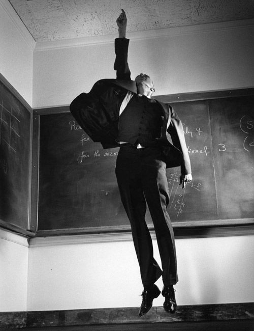 El cielo es el limite o soy el numero 1 / Professor J. Robert Oppenheimer by Philippe Halsman, c. 1958