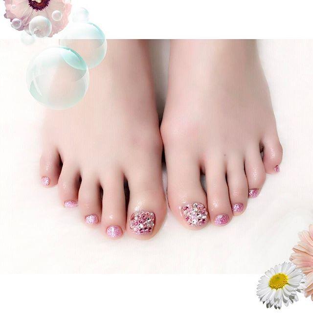 ピンク🌙 ピンクラメとラインストーン。 #nail #nails #nailart #ネイル #美甲 #ネイルアート  #clou #nagel #ongle #ongles #unghia #footnails #フットネイル #ペディキュア #pedicure #pinknail #ピンクネイル #Aldious #トキ