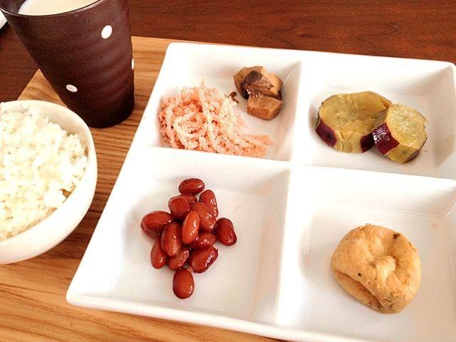 ほっこり朝ごはん♬ - 7件のもぐもぐ - たらこ白滝、かつおの生姜煮、さつまいもの甘辛煮、がんもどき、煮豆、白米、牛乳 by rose0325