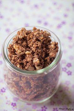 Low Carb Müsli    Für ca. 12 Portionen (ca. 50 g pro Portion) Schoko-Knusper-Müsli werden folgende Zutaten benötigt.   20 g Backkakao 4 Eiweiß 200 g Kokosraspeln 20 g Eiweißpulver (z. B. Vanille) 200 g gemahlene Mandeln 100 g Sonnenblumenkerne 50 g Walnüsse Evtl. etwas Xucker oder Süßstoff