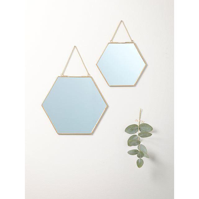 Miroir doré par lot de 2 CYRILLUS : prix, avis & notation, livraison. Miroir doré par lot de 2 Un brin retro, ces miroirs en métal doré défient la tendance en jouant sur la sobriété et le design épuré. Détails : lot de 2 miroirs hexagonaux de taille différente. Dim. 15 x 17 cm et 20 x 23 cm. Chaînette de suspension.Matière: métal doré et verre
