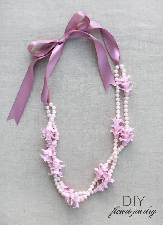 We LOVE this DIY flower necklace by Floral Occasions - would you ever try something like this for mom or bridesmaids?