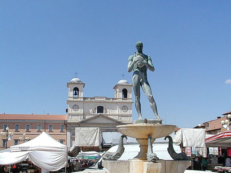 L'Aquila market in the piazza.