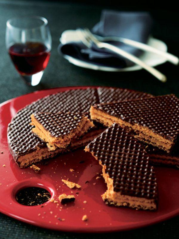 イタリアのエミーリャ=ロマーニャ州で、ジェラートのコーンを作る工場として出発した「BABBI」。その後、サクサクの生地を作る技術を生かしてウエハースを開発し、イタリア人好みの重厚なチョコレートと合わせることにより、「BABBI」ならではの味が誕生した。「ドルチェトルタ」は、直径22cmのウエハースでクリームをサンドし、チョコレートをコーティングしたもの。放射状に6つに分かれているので、カジュアルに割りながら楽しんで。 <DATA>「ドルチェトルタ」¥3,465(2個以上ご購入の場合はお届け先が1カ所なら1個分の送料でお届け)内容/ドルチェトルタ(直径約22cm)冷蔵便 ※賞味期限は、冷蔵で90日>>購入はこちら