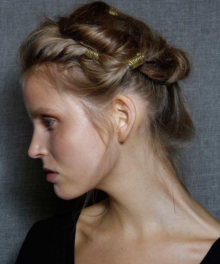Auténticas musas de la mitología griega con recogidos con mechones retorcidos sujetos por cintas doradas... nos encanta el look para tu pelo (y para novias e invitadas de primavera-verano) de Alberta Ferretti.