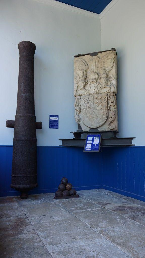 Pieza de artillería y escudo con fábrica en piedra.