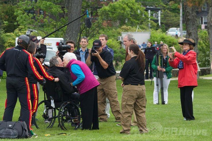 米メーン(Maine)州ケネバンクポート(Kennebunkport)の教会の敷地内にスカイダイビングで降り立ち、妻のバーバラ・ブッシュ(Barbara Bush)さんとキスをするジョージ・H・W・ブッシュ(George H.W. Bush)元米大統領(2014年6月12日撮影)。(c)AFP/Getty Images/Eric Shea ▼13Jun2014AFP ブッシュ元米大統領、90歳の誕生日をスカイダイビングでお祝い http://www.afpbb.com/articles/-/3017582 #George_H_W_Bush #Barbara_Bush #Kennebunkport