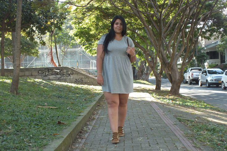 Moda tallas grandes: Vestido gris basico + Tenis. Plus size fashion: Bacis grey dress + Tenis #sizerevolution #plussize #tallasgrandes