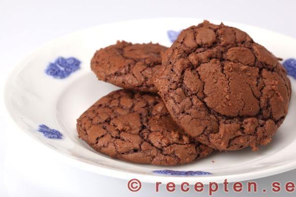 Recept på kladdkakecookies. Goda segmjuka kladdkakekakor som är superenkla och går snabbt att göra. Bilder steg för steg.
